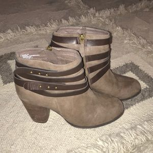 ⭐️5//$25 Madden girl size 7.5 brown ankle bootie